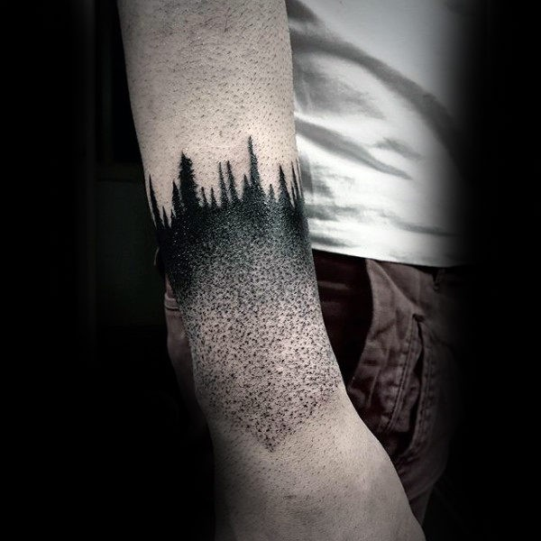 Solito tatuaggio a braccio stile dotwork della foresta notturna