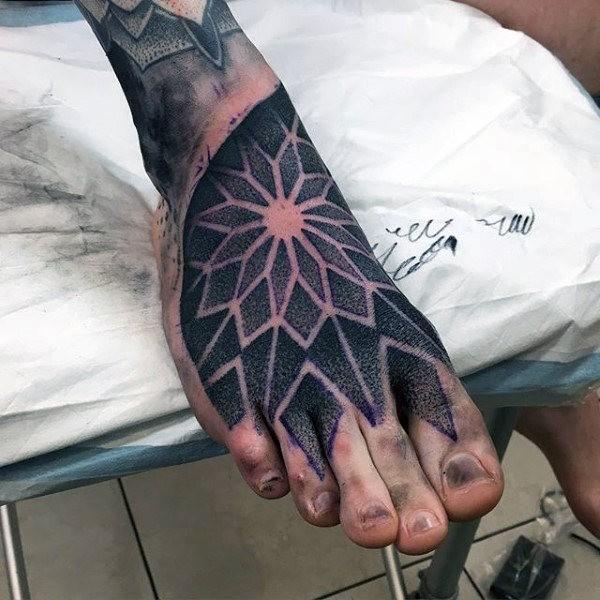 Solito stile dotwork sul tatuaggio del piede dell&quotornamento floreale