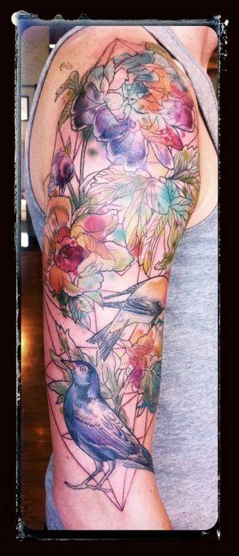 Tatuaje en el brazo, un montón de flores con pájaros, dibujo  de colores