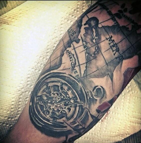 unico stile dipinto inchiostro nero mappa con bussola tatuaggio su braccio