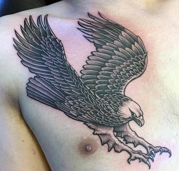 solito stile dipinto bianco e nero aquila scendendo tatuaggio su petto