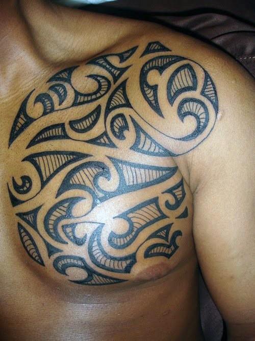 solito stile dipinto inchiostro nero tribale tatuaggio su petto