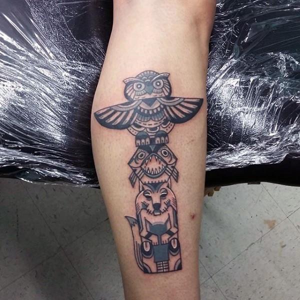 Tatuaje en el brazo, estatua de animales misteriosos
