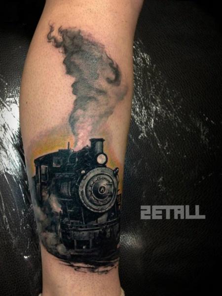 Tatuaggio di gamba molto dettagliato del vecchio treno a vapore