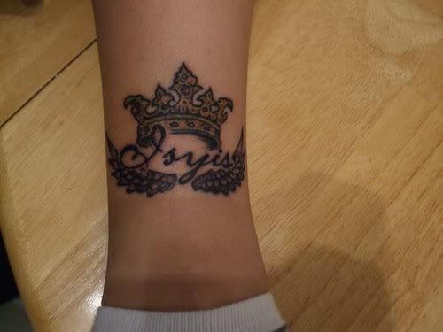 corona originale tatuaggio sulla gamba