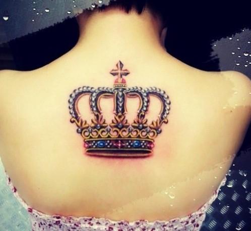 bellissima corona tatuaggio sulla schiena