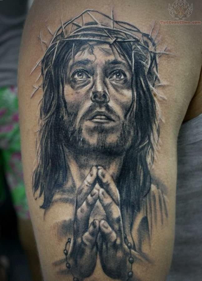 """molto realistico e drammatico nero e bianco Jesu"""" pregando tatuaggio su spalla"""