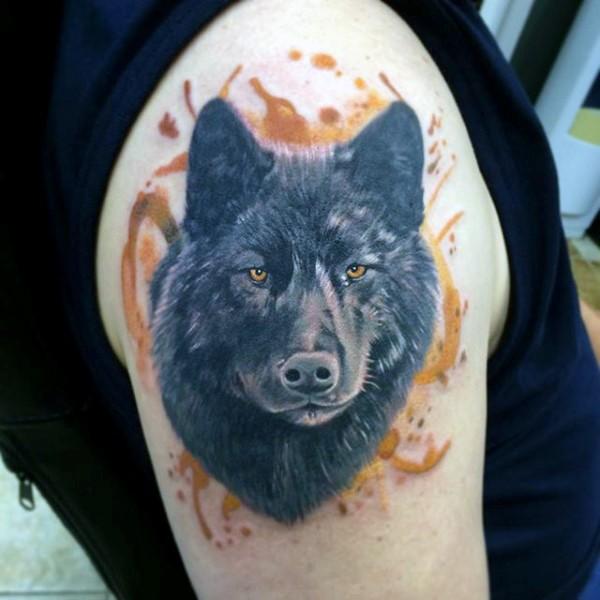 Tatuaje en el brazo, perro negro atento realista