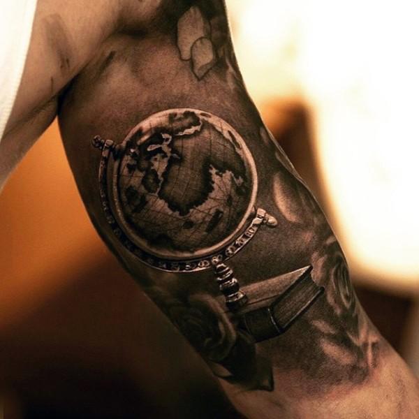 Tatuaje en el brazo, globo realista de color negro y blanco