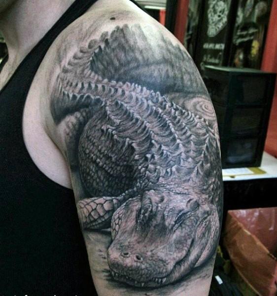 molto realistico nero e bianco molto dettagliato alligatore tatuaggio su spalla