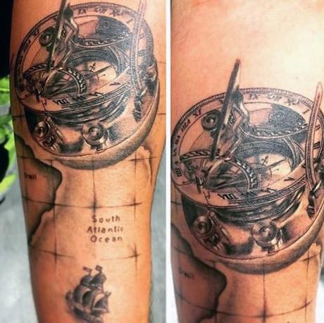 Tatuaje  de compás antiguo nautico