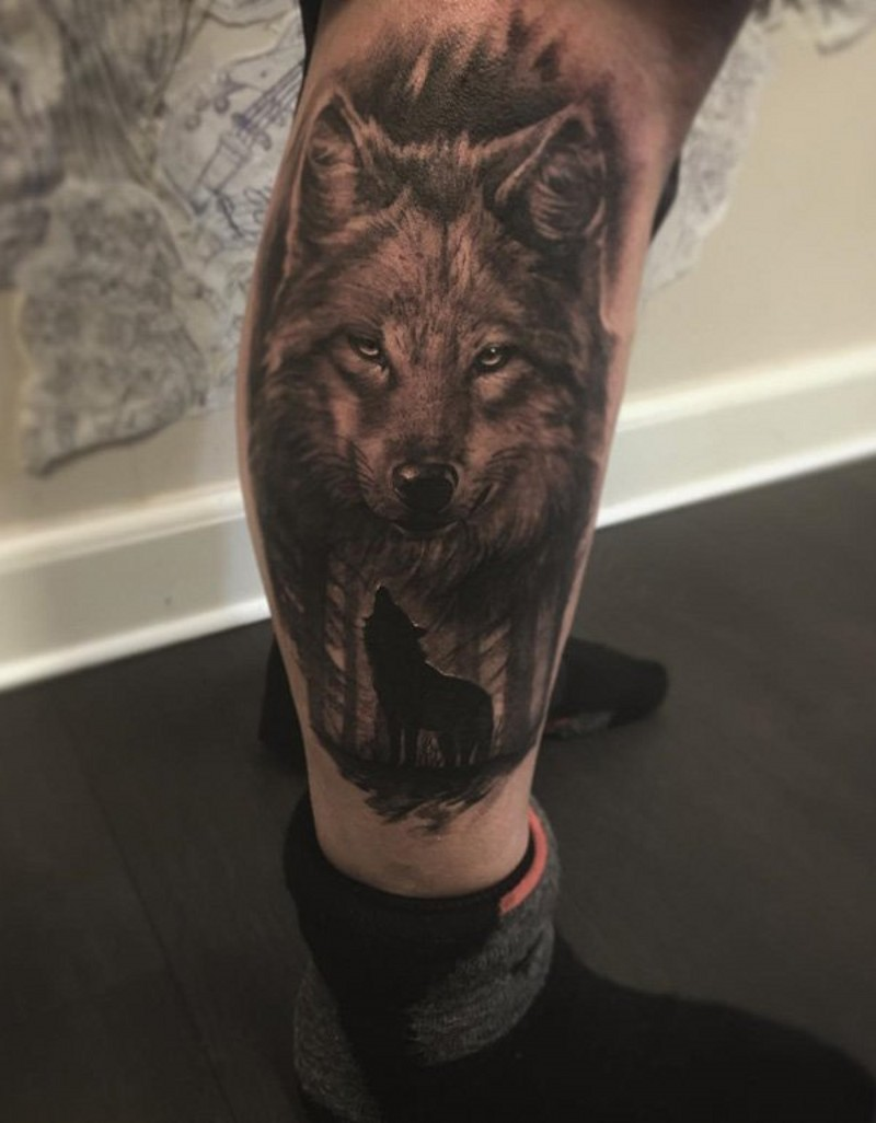 Very realistic looking detailed wolf tattoo on leg