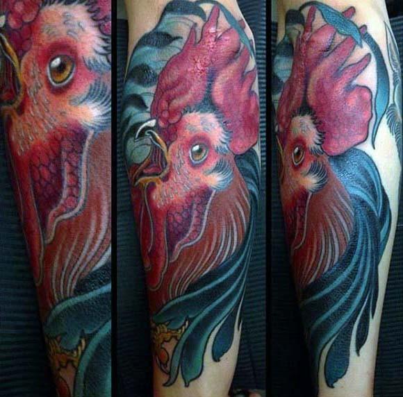 molto realistico multicolore testa di gallo tatuaggio su gamba