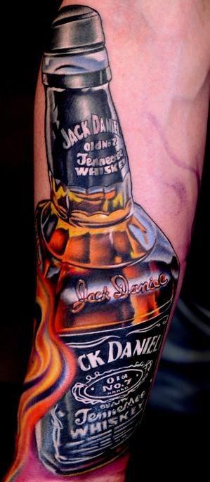 molto realistico multicolore bottiglia whiskey Jack Daniels tatuaggio su braccio
