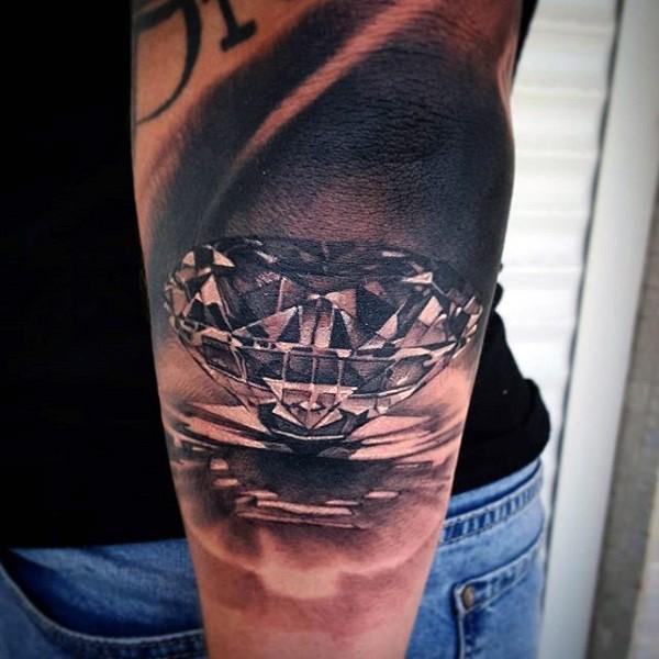 Tatuaje en el antebrazo, diamante puro maravilloso realista