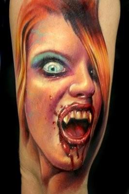 molto realistico dipinto colorato sanguinante vampiro femminiletatuaggio su braccio