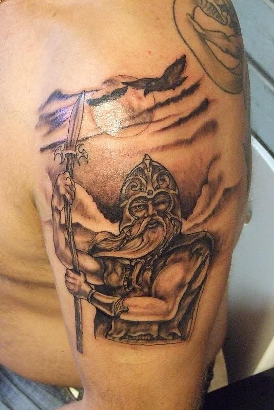 vichingo con una lancia tatuaggio a mezza manica