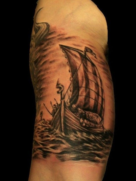 Tatuaggio pittoresco sul braccio la nave a vela