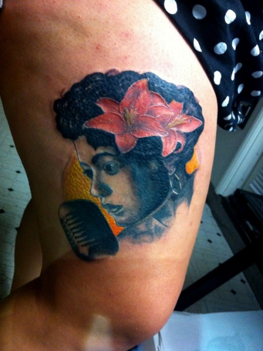 Vintage picture style colored female singer tattoo on thigh with red flowers