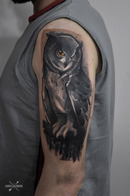 Vintage picture style colored shoulder tattoo of big owl