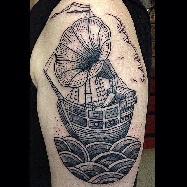 Vintage-Stil schwarzweißes Segelschiff Tattoo an der Schulter mit altem Grammophon