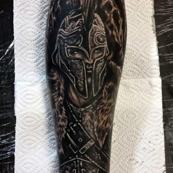 Tatuaje en el antebrazo, guerrero impresionante negro blanco, estilo vintage