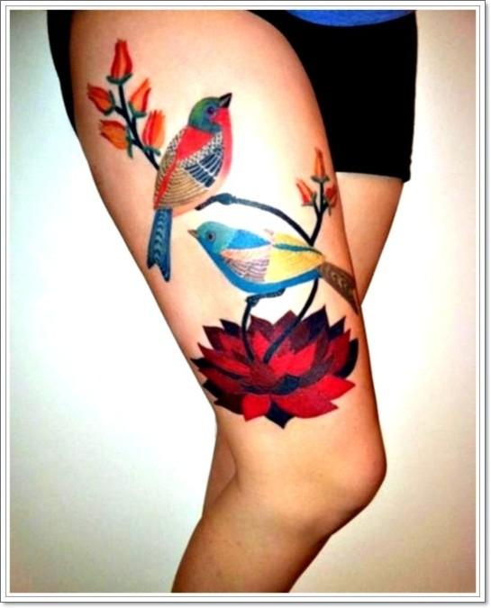 vivaci colori uccello con fiori rossi tatuaggio sulla coscia