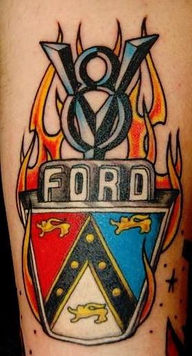 colori vivaci logo ford tatuaggio sul braccio