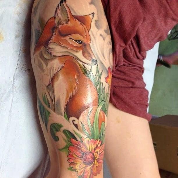 vivaci colori volpe con fiori tatuaggio sulla  acoscia