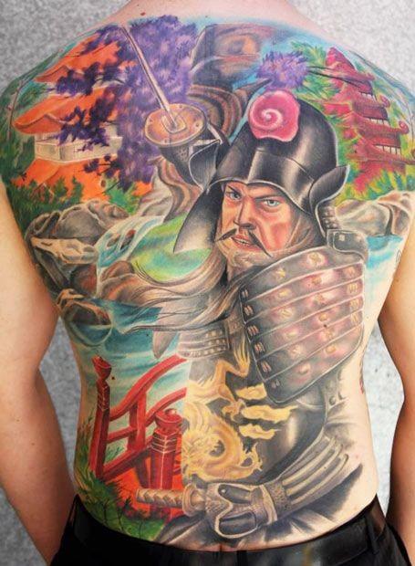 Tatuaggio colorato su tutta la schiena il samurai giapponese