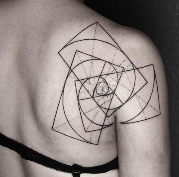 Tatuaggio scapolare con inchiostro nero a forma di vortice di grandi rettangoli