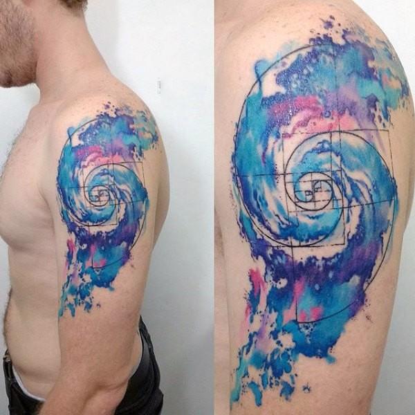 Tatuaggio a forma di nuvola di colore blu a forma di vortice sul braccio