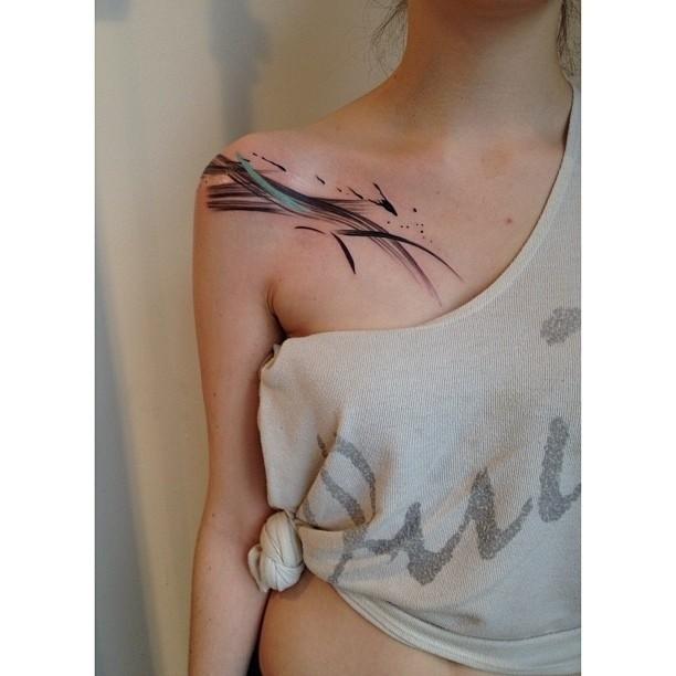 acquarello astratto tatuaggio sulla spalla di ragazza