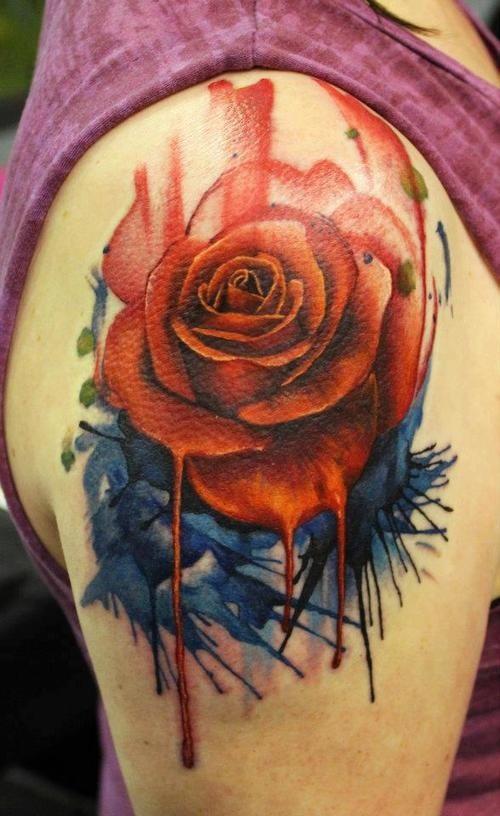 Tatuaggio simpatico sul deltoide la rosa