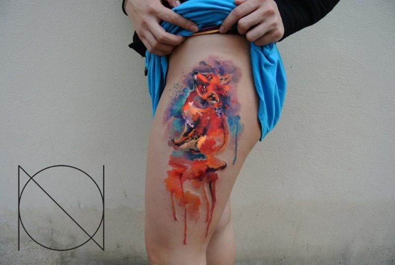 Tatuaggio carino sulla gamba la volpe arancione