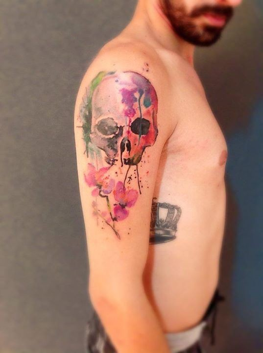 Watercolor skull tattoo by Cassio Magne