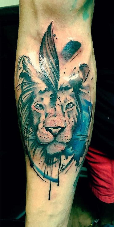 Tatuaggio dell&quotavambraccio colorato in stile acquerello colorato