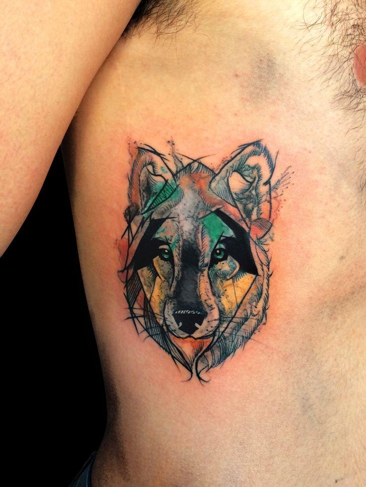 Tatuaggio laterale colorato stile acquerello di un piccolo ritratto di lupo