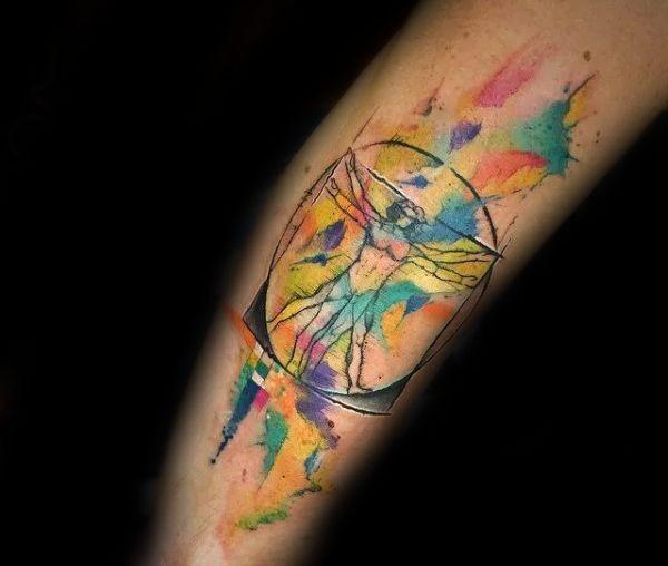 Tatuaggio colorato in stile acquerello di Da Vincies uomo vitruviano
