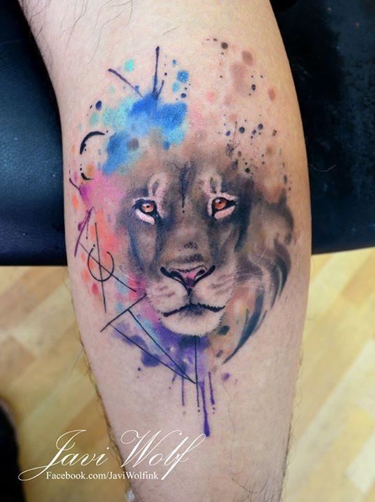 Tatuaggio di leone colorato in stile acquerello con simboli mistici