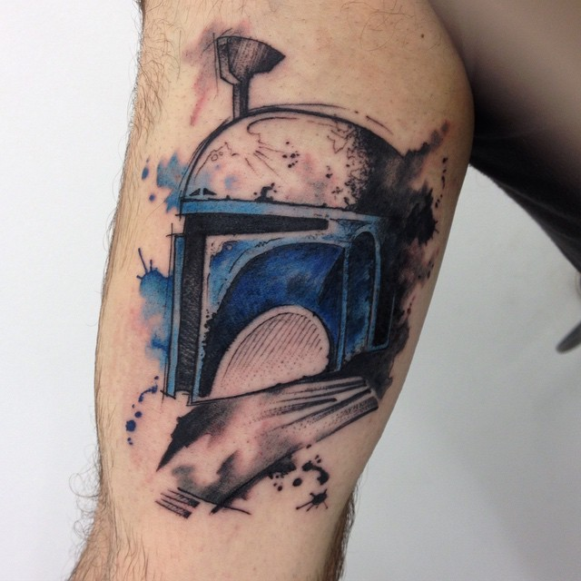 Watercolor style colored thigh tattoo of Boba Fett helmet