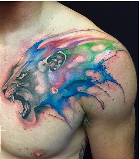 Tatuaggio alla clavicola grande stile acquerello di leone colorato ruggente