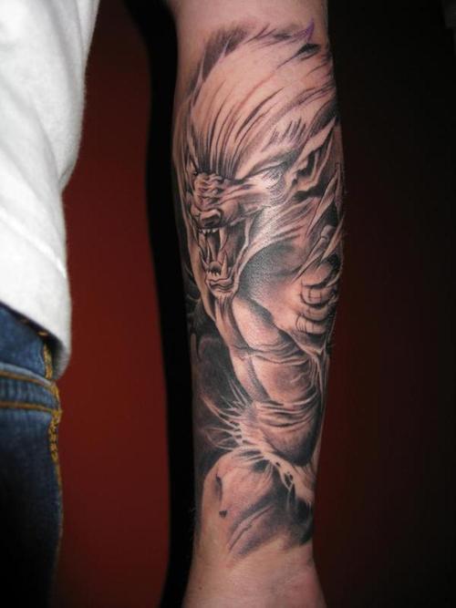 Tatuaggio incantevole sul braccio il lupo mannaro con la bocca spalancata