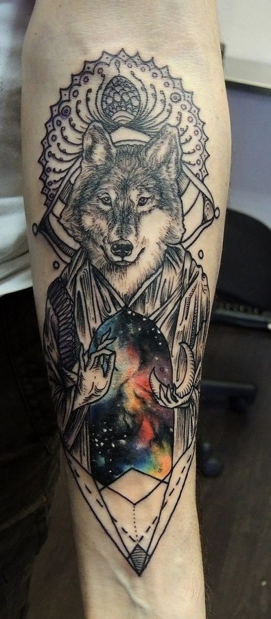 Tatuaggio grande sul braccio il lupo e l&quotuniverso