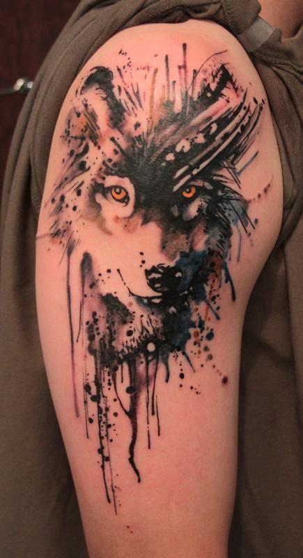 Tatuaggio incantevole sul deltoide il lupo colorato
