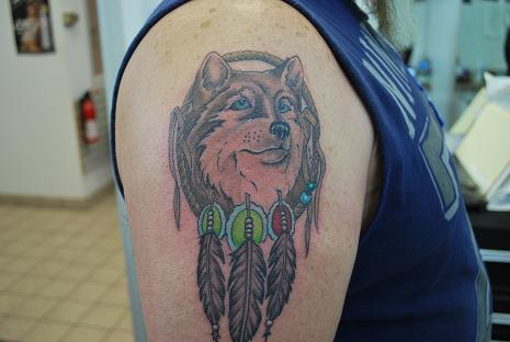 Indianischer Traumfänger mit Wolf Tattoo