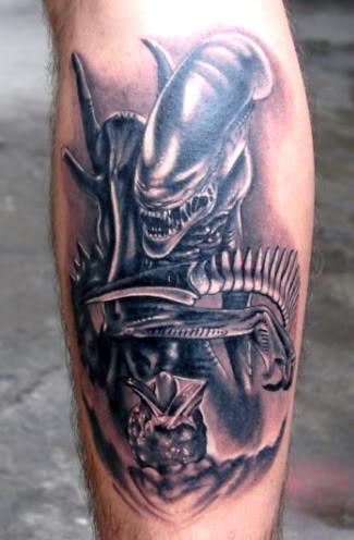 aliene incredibile predatore tatuaggio sulla gamba