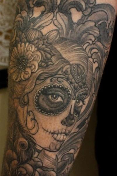 incantante ragazza santa morte inchiostro grigio tatuaggio