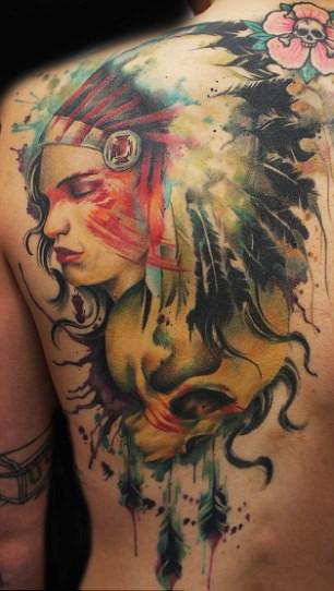 Wunderbares indianisches Mädchen mit Schädel Tattoo
