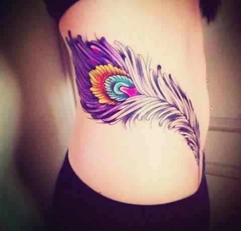 eccezionale dipinto colorato grande piuma tatuaggio su lato